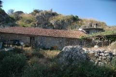 Bouwperceel met te restaureren boerderij in Cilento