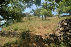 Oude-gestapelde-muurtjes-in-de-tuin