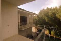 Balkon-met-uitzicht-op-de-olijfboomgaard.