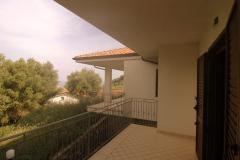 Een-van-de-terrassen-rond-het-huis