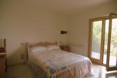 Slaapkamer-met-openslaande-deuren-naar-het-balkon