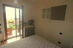 ruime-slaapkamer-met-balkon