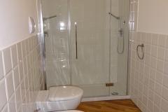 Badkamer met inloopdouche, toilet en bidet.