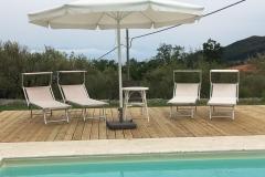 Comfortabel tuinmeubilair bij het zwembad.