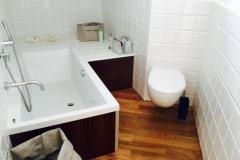 Luxe badkamer met toilet.