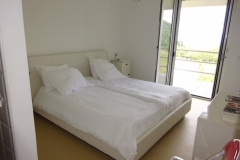 Dependance: ruime slaapkamer met balkon.