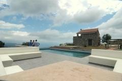 De villa en het zwembad.