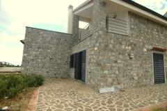 Deels uit natuursteen gebouwde villa.